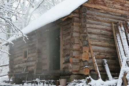 badhuis: Oude traditionele badhuis in de winter Redactioneel