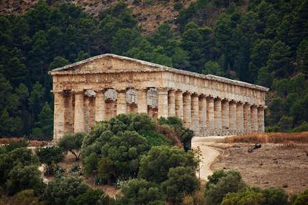 doric: Templo d�rico de Segesta en Sicilia, Italia Foto de archivo