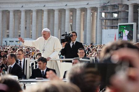VATICANO - 30 de octubre: Francisco I en el papamóvil bendice a los fieles multitud en San Pedro Foto de archivo - 33621527