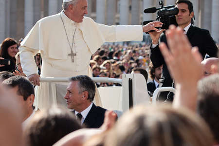 VATICAN - October 30: Pope Francis I on the popemobile blesses the faithful crowd in St. Peter Imagens - 33621528