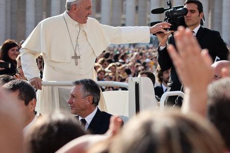 VATICANO - 30 de octubre: Francisco I en el papamóvil bendice a los fieles multitud en San Pedro Foto de archivo - 33621528