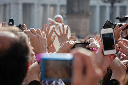 francesco: VATICAN - October 30: Pope Francis I on the popemobile blesses the faithful crowd in St. Peter
