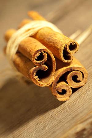 'cinnamon bark': Cinnamon bark on the wooden table