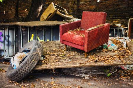 環境問題は非リサイクルのゴミを路上に置いて 写真素材
