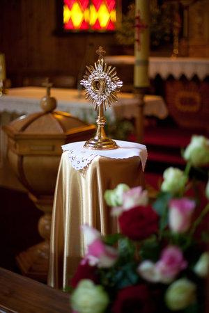 Custodia (ostensorio, ostensorio) en una iglesia católica de Lituania Foto de archivo - 56457406