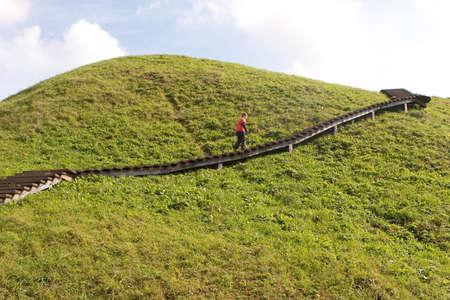 Un garçon monte les escaliers dans les monts Kernave, la plus ancienne capitale de Lithunaina Banque d'images