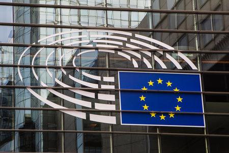 브뤼셀, 벨기에 - 2017 년 2 월 25 일 : 레오폴드 광장에서 유럽 의회 건물의 외관에서 유럽 의회의 로고.
