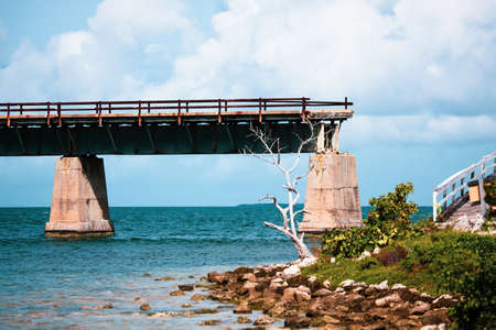 Piling support of abandoned and damaged Old Seven Mile Bridge railroad with landscape view in Florida Keys in Atlantic ocean near Overseas Highway Foto de archivo - 120481945