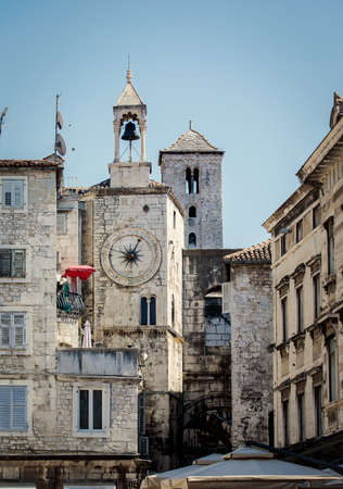 A city clock on the tower on the west wall of Diocletian palace in Split, Croatia Foto de archivo - 124461606