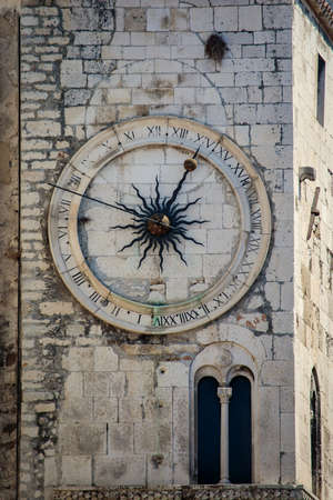 A city clock on the tower on the west wall of Diocletian palace in Split, Croatia Foto de archivo - 124461609
