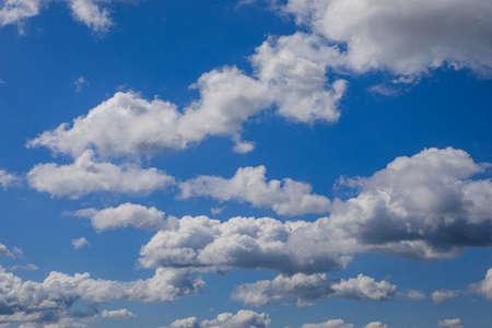 Heller sonniger Tag, Wolkengebilde voller weißer, flauschiger Kumuluswolken