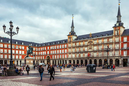 Madrid, Spanje - 19 oktober 2019: Plaza Mayor met standbeeld van koning Philips III in Madrid, Spanje. Redactioneel