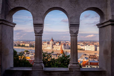 Cityscape of Budapest with the parliament building, viewed trough arches from Fishermans bastion 版權商用圖片