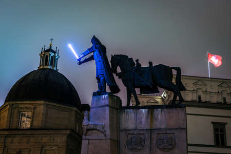 Vilnius, Lithuania - January 26, 2020: Gediminas statue with glowing sword in Cathedral square illuminated for 697  city birthday celebrations during Vilnius Festival of Light 2020. 新聞圖片