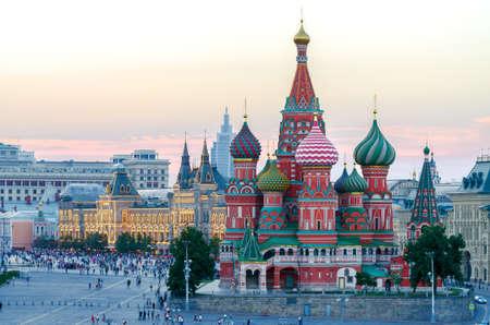 De kathedraal van Saint Basil's op het Rode Plein in de zomer bij zonsondergang, Moskou, Rusland. Stockfoto