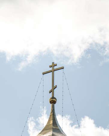 空の雲に正教会の黄金の教会のドーム 写真素材