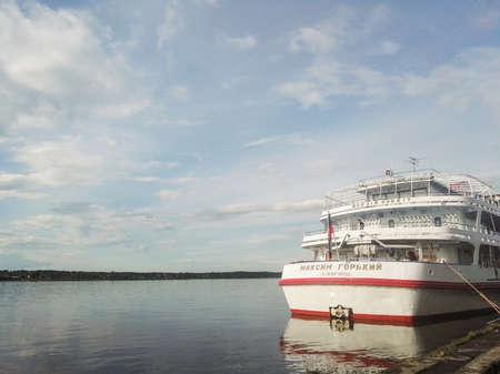 페름, 러시아 -6 월 2017.이 프로젝트는 러시아 여행입니다. 우랄 카마 강 선착장에서 막심 고르 키 선박. 스톡 콘텐츠 - 92003525