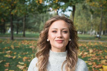 Beautiful young woman portrait in autumn park 免版税图像