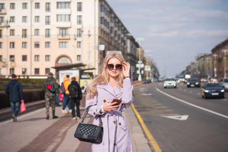 Lifestyle concept, a beautiful girl in the city walks Reklamní fotografie