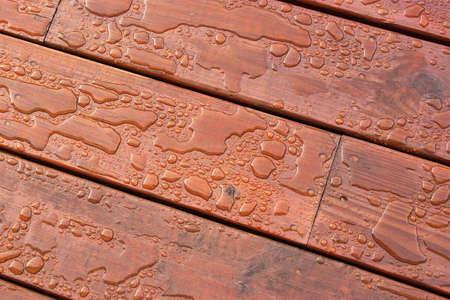 完成したデッキ木製の穀物で分かち合われた水