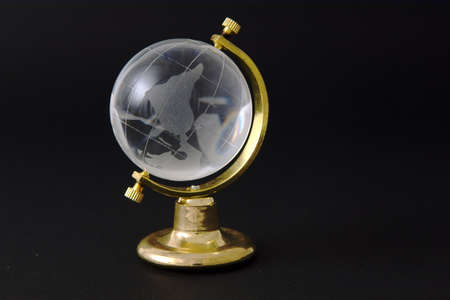 Upside down kristal wereldbol op zwarte achtergrond Stockfoto