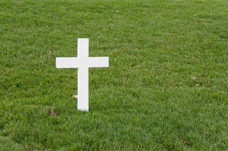 Weißes Kreuz allein auf dem Rasen in Arlington Standard-Bild - 20153550