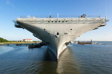 La Segunda Guerra Mundial era portaaviones USS Yorktown, atracado en el Charleston, Carolina del puerto con el cielo azul y las reflexiones dramáticas en el agua Foto de archivo - 20263720