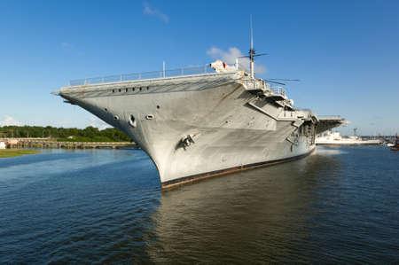La Segunda Guerra Mundial era portaaviones USS Yorktown, atracado en el Charleston, Carolina del puerto con el cielo azul y las reflexiones dram?ticas en el agua Foto de archivo - 20263721