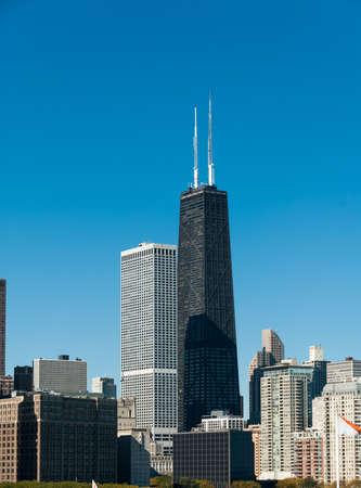 Edificio Hancock en Chicago presentó en el retrato con un hermoso fondo de cielo azul. Foto de archivo - 20289497