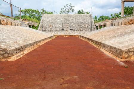 Juego de pelota maya con los objetivos de cada lado Foto de archivo - 20305744