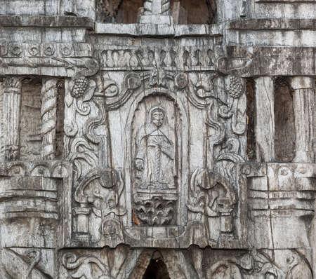 Lápida de madera que muestra el detalle de la talla. Foto de archivo - 20305718