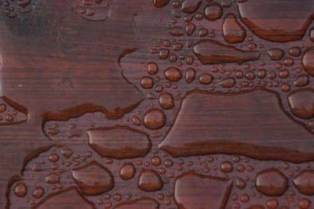 Agua acumulada en la cubierta acabada con vetas de la madera. Excelente fondo para ilustrar la construcción o la resiliencia. Foto de archivo - 20703357