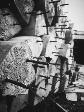 The cement pillars that were arranged horizontally were composed of gray tones.