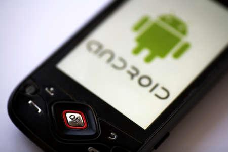 Bucharest, Romania - 22 aprile 2011: Close-up shot di uno smartphone Android con il logo di Android visualizzato sullo schermo.