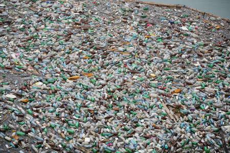 mundo contaminado: Lotes de botellas de pl�stico en la superficie de una lago Editorial