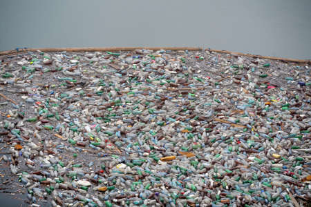 mundo contaminado: Bicaz, Rumania - 12 de julio de 2011: Lotes de botellas de pl�stico flotan en la superficie del lago Bicaz en Rumania.