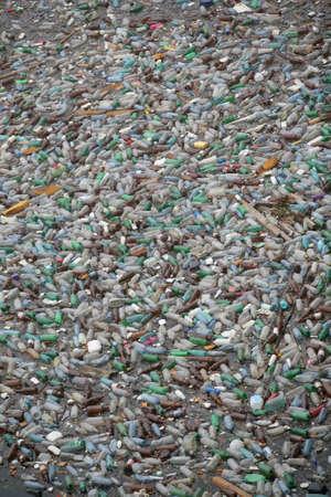 plastico pet: Bicaz, Rumania - 15 de julio de 2011: Lotes de botellas de plástico flotan en la superficie del lago Bicaz en Rumania.  Editorial