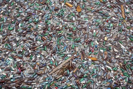 mundo contaminado: Bicaz, Rumania - el 12 de julio de 2011: Lotes de botellas de pl�stico flotan en la superficie del lago Bicaz en Rumania.