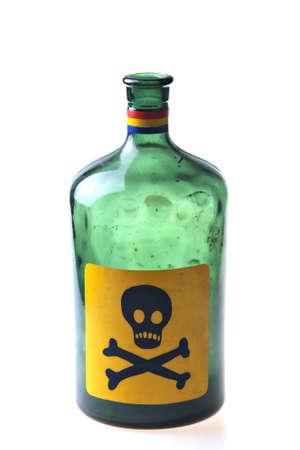 veneno frasco: Studio foto de una botella de veneno vac�o aislado en blanco