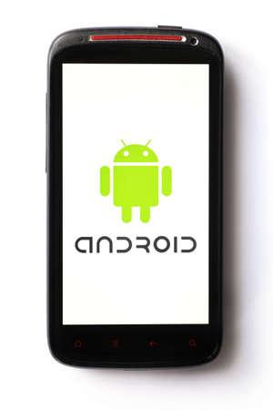Bucharest, Romania - 28 marzo 2012: Close-up shot di uno smartphone Android con il logo di Android visualizzato sullo schermo. Android è uno stack software per dispositivi mobili che include un sistema operativo, middleware e applicazioni chiave.