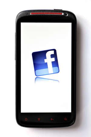 marca libros: Bucarest, Rumania - 28 de marzo de 2012: logotipo de Facebook se muestra en una pantalla de tel�fono m�vil. Facebook es una red social lanzada en febrero de 2004, con m�s de 845 millones de usuarios activos. Editorial