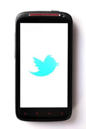 tweet icon: Bucarest, Rumania - 28 de marzo de 2012: logotipo de Twitter se muestra en una pantalla de tel�fono m�vil. Twitter es un servicio en l�nea de redes sociales y servicio de microblogging que permite a sus usuarios enviar y leer mensajes basados ??en texto. Editorial