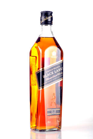 Bucharest, Romania - 17 aprile 2012: Close-up shot di una bottiglia di whisky Johnnie Walker. Johnnie Walker � un marchio di Scotch Whisky di propriet� di Diageo e origine in Kilmarnock, Ayrshire, Scozia.