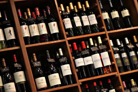 Bukarest, Rumänien - 31. Mai 2012: Weinflaschen werden auf Regalen in einer Filiale in Bukarest, Rumänien angezeigt.