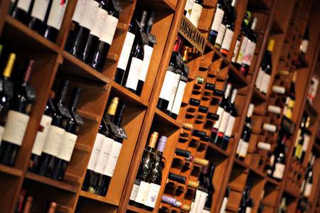 Bukarest, Rumänien - 31. Mai 2012: Weinflaschen in Regalen in einem Geschäft in Bukarest, Rumänien angezeigt. Editorial