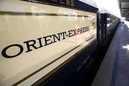 bucarest: Bucarest, Roumanie - 3 Septembre, 2012: D�tails sur l'un des wagons de l'Orient Express, peu apr�s son arriv�e � Bucarest. Le Venice Simplon-Orient-Express, est un service de train de luxe priv�, connu sous le nom de l'Orient Express.