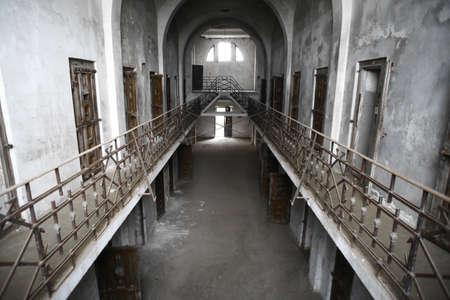 pared rota: Color de la imagen de una vieja prisión abandonada Editorial