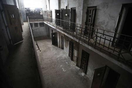 pared rota: Color de la imagen de una vieja prisión abandonada Foto de archivo