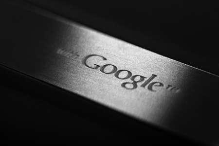 google: Bucarest, Rumania - 29 de octubre 2012: Cierre de tiro de la parte posterior de un smartphone de Google. Google Inc. es una empresa estadounidense que ofrece productos y servicios relacionados con Internet.