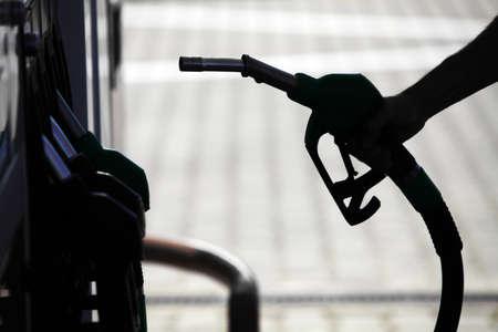 Détail d'une main tenant une pompe à carburant dans une station Banque d'images - 20412183
